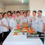 Sinh viên lớp Trung cấp Nấu ăn chụp ảnh tập thể sau buổi thi Tốt nghiệp trường Trung cấp Đông Đô