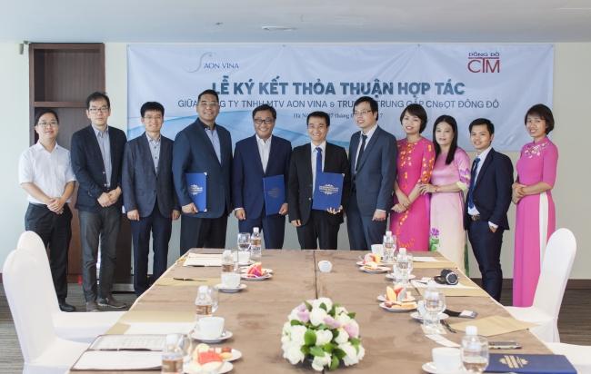 Hai bên chụp ảnh lưu niệm tại lễ ký kết hợp tác giữa trường Trung cấp Đông Đô và Công ty TNHH AON VINA - Tuyển sinh Đông Đô
