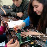 Sinh viên học tháo lắp Laptop trong buổi học Chuyên đề thực tế ngành Công nghệ thông tin trường Trung cấp Đông Đô