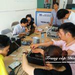 Sinh viên thực hành tháo lắp máy tính trường Trung cấp Đông Đô