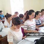 Sinh viên ôn tập lại kiến thức trong buổi học Chuyên đề thực tế ngành Kế toán trường Trung cấp Đông Đô